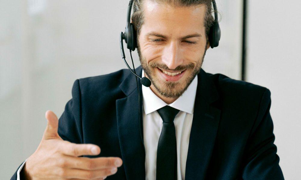 Call-center-man-working